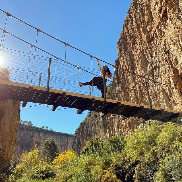 Respirar. 🍃⛰ . . . . . . #chulilla #puentescolgantes #rutas #senderismo #naturaleza #montañas #paisajes #paisajesnaturales #rioturia #diasoleado