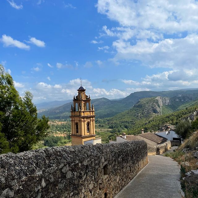 From which way you will enter the village Chulilla, her beauty will take you by surprise, you can't take your eyes from her and you want to know more about her😍#anaturalbeauty #aloveaffair  #pueblosmasbonitosdeespaña #casarural #chulilla #valencia #espagne #spain #spanje #turismo #nature #naturelovers #naturehome #natureholiday #turismorural #turismoespaña #turist #perfectholiday #climbing #hiking #activeholiday #casabonita #casaboutique #holidayhome #vakantie #vakantiehuis #wandelen #natuurvakantie #natuurvakatiesspanje